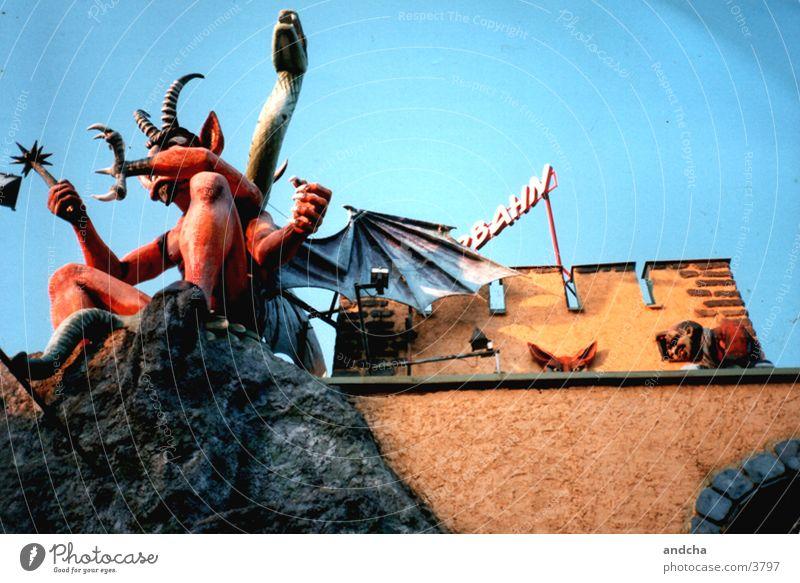 geisterbahn Jahrmarkt Monster Wien Prater rot Teufel Architektur stein. mauer