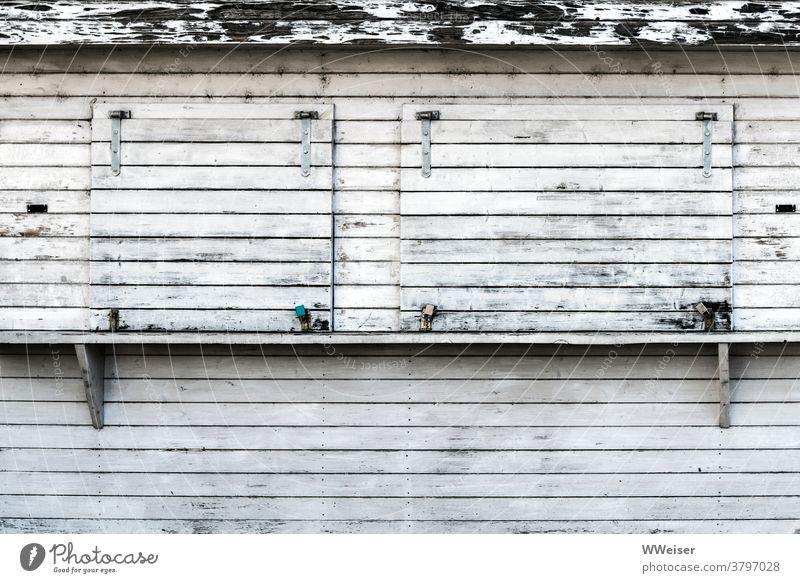 Der Kiosk hat zu und arbeitet nur noch als Lost Place Getränke Würstchen geschlossen Schlösser Fenster Ausgabe Holz Stand laden verwittert verschlossen Bretter
