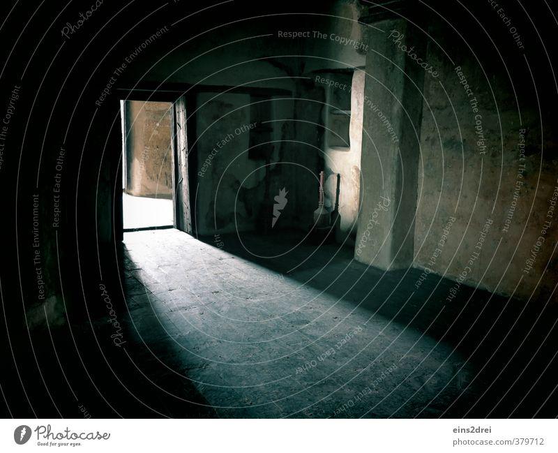 Strange Light einrichten Innenarchitektur Raum Durchgang Autotür Museum Architektur Burg oder Schloss Bauwerk Gebäude Mauer Wand Kamin Tür Bodenbelag Stein Holz