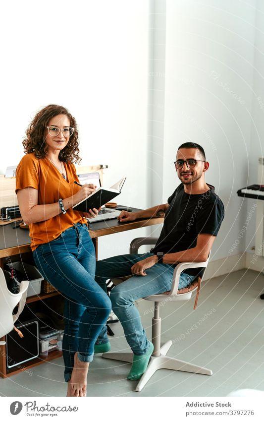 Fokussierte junge Mitarbeiter besprechen ein Projekt im hellen Büro Frau zur Kenntnis nehmen Arbeit Kollege Mann Arbeitsplatz beschäftigt Job Zusammensein Beruf