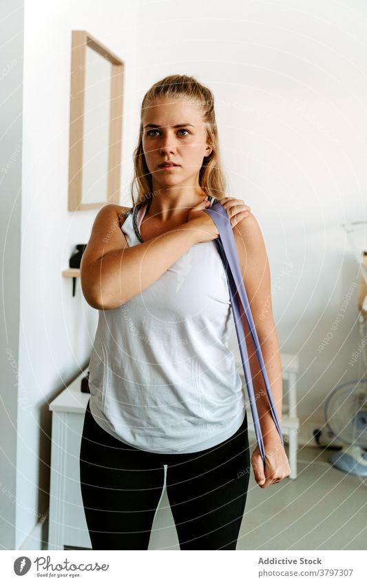 Frau trainiert mit Widerstandsband Sportlerin Übung Gerät Training Bestimmen Sie anstrengen aktiv Vitalität Energie üben schlank zu Hause Aktivität physisch
