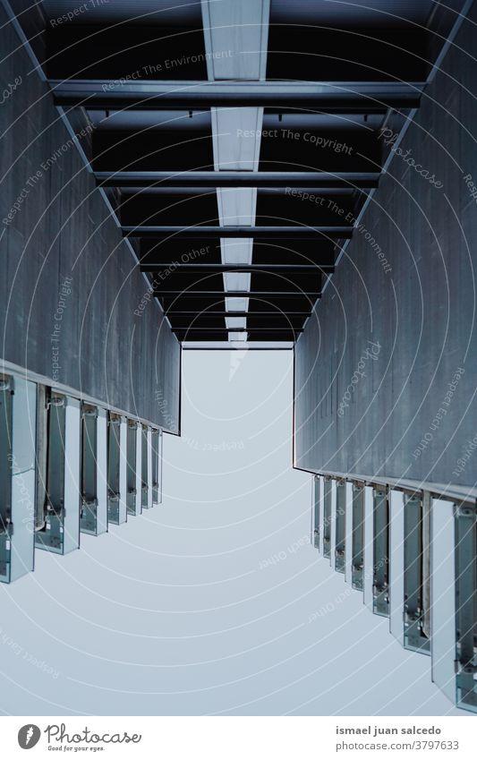 Balkon und Fenster an der Gebäudefassade Fassade Außenseite Haus heimwärts Straße Großstadt im Freien Struktur Architektur Konstruktion Wand Hintergrund Bilbao