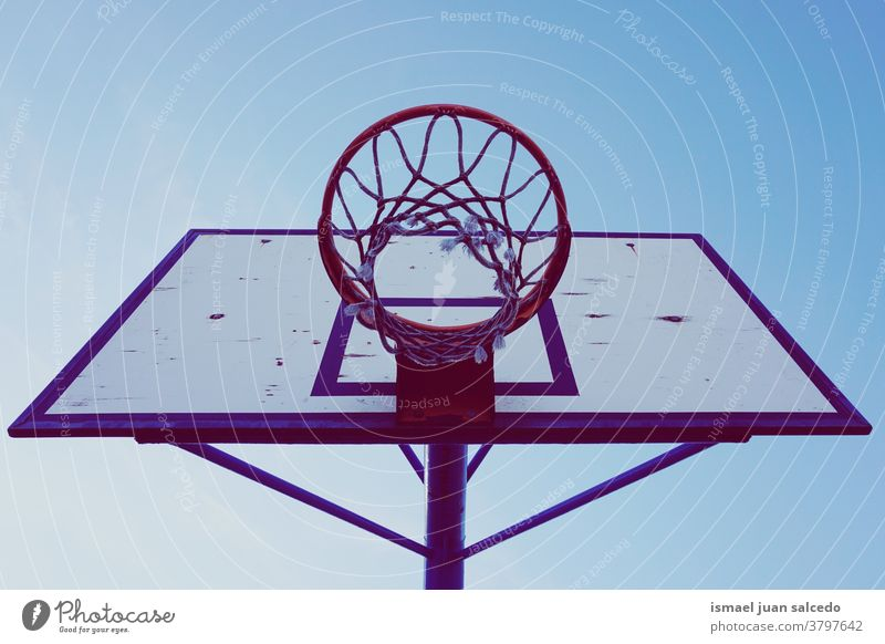 Straßenbasketballkorb und blauer Himmel Reifen Basketball Korb Silhouette kreisen anketten metallisch Netz Sport Sportgerät spielen Spielen spielerisch alt Park