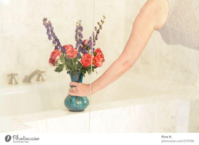 In memoriam Stil Häusliches Leben Badewanne feminin 1 Mensch hell blau Blumenstrauß Blumenvase Rose Fingerhut Wasserhahn hinstellen Arme Hand Oberkörper Profil