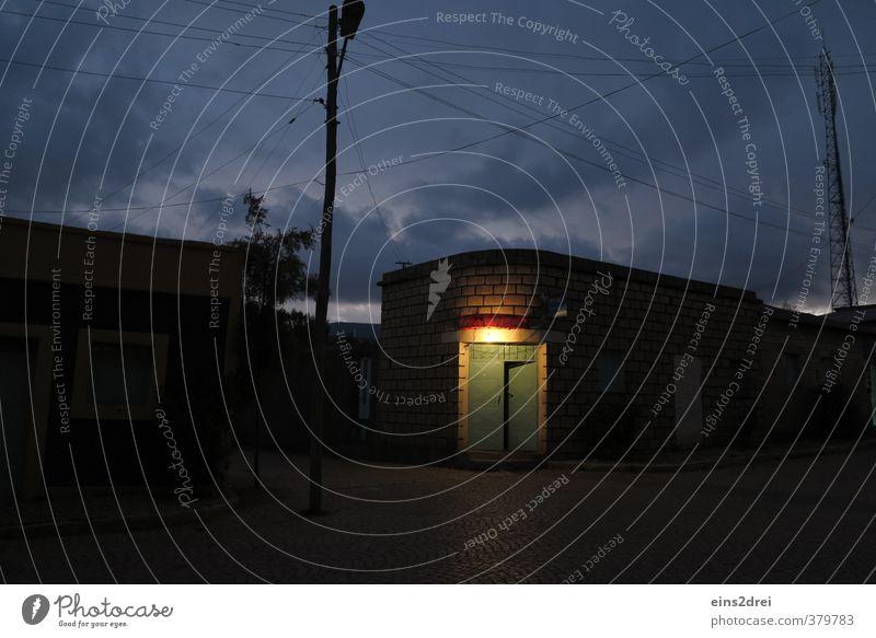 Herzlich Willkommen! Stadt ruhig Wolken Haus dunkel Architektur Tür leuchten gefährlich Kommunizieren Telekommunikation bedrohlich Kabel Netzwerk Gastronomie Bar