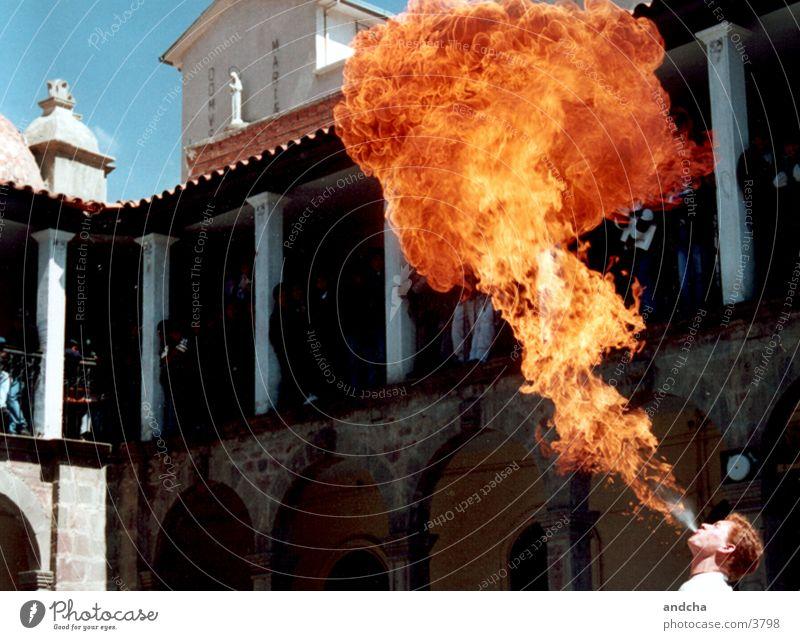 feuerspucker Mann Straße Feuer Show Publikum Flamme Bolivien Feuerschlucker La Paz