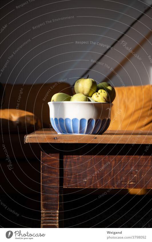 Quitte in Schale Wohnzimmer Couch Tisch Quitten Ernte Duft lecker Herbst gelb Ernährung Vegetarische Ernährung Lebensmittel Gesundheit Frucht frisch Bioprodukte