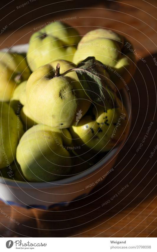 Quitten in einer Schale Quittenfrucht Obst Herbst Duft Ruhe Ernte Erntedank Frucht frisch Gesunde Ernährung Bioprodukte Farbfoto reif lecker Lebensmittel