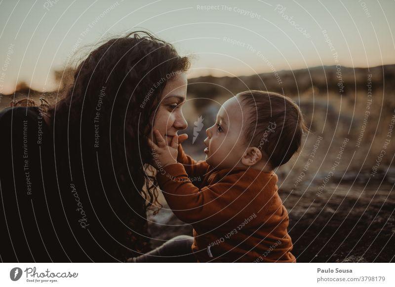 Mutter und Sohn auf den Feldern Zusammensein Zusammengehörigkeitsgefühl Mutterschaft Muttertag Mutter mit Kind Kleinkind Liebe Familie & Verwandtschaft
