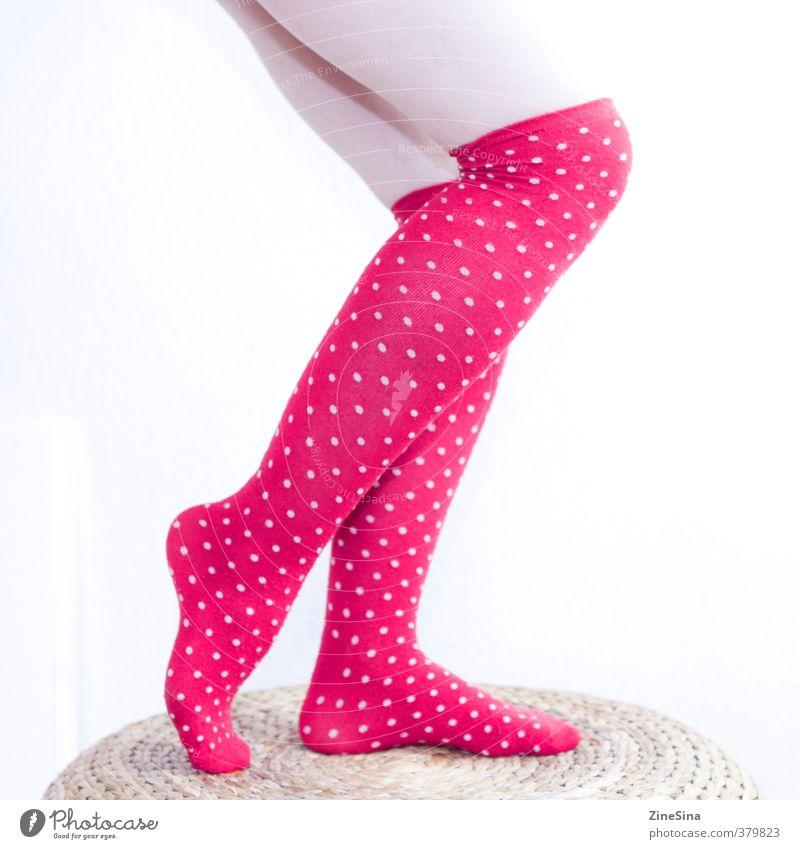 . feminin Beine 1 Mensch 18-30 Jahre Jugendliche Erwachsene Strümpfe rot weiß Farbfoto Studioaufnahme