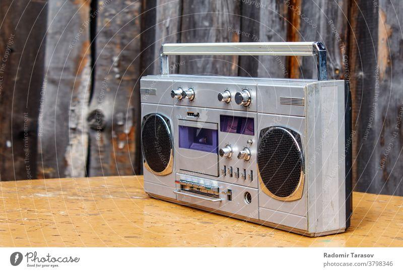Retro-Kassettenspieler auf dem Tisch Musik Klang Radio retro Klebeband stereo Redner Spieler altehrwürdig Audio Stil Objekt Entertainment Technik & Technologie