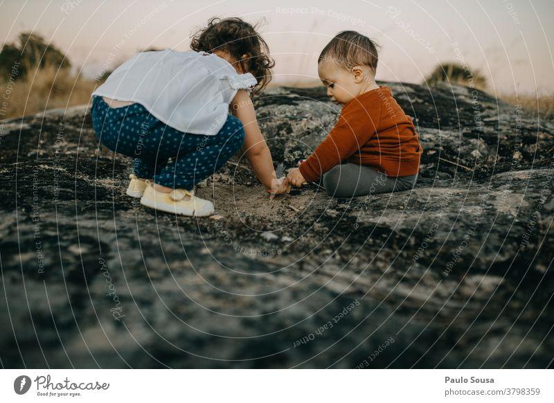 Bruder und Schwester spielen im Freien Geschwister Familie & Verwandtschaft authentisch Herbst Herbstfärbung Kind Kinderspiel Kindheit Kindheitserinnerung