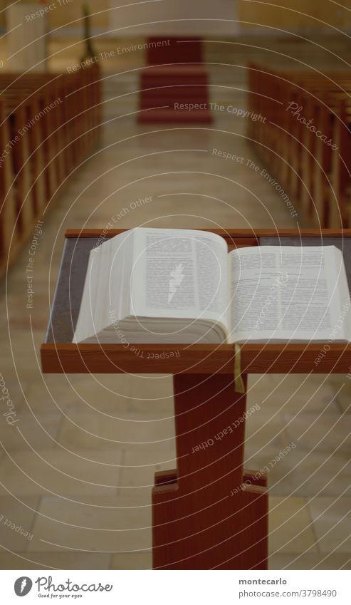 Pult mit Bibel zum Lesen in einer Kirche Lesezeichen Spiritualität heilig Glaube lesen groß beten Gebet Gottesdienst Christentum Religion & Glaube aufgeschlagen