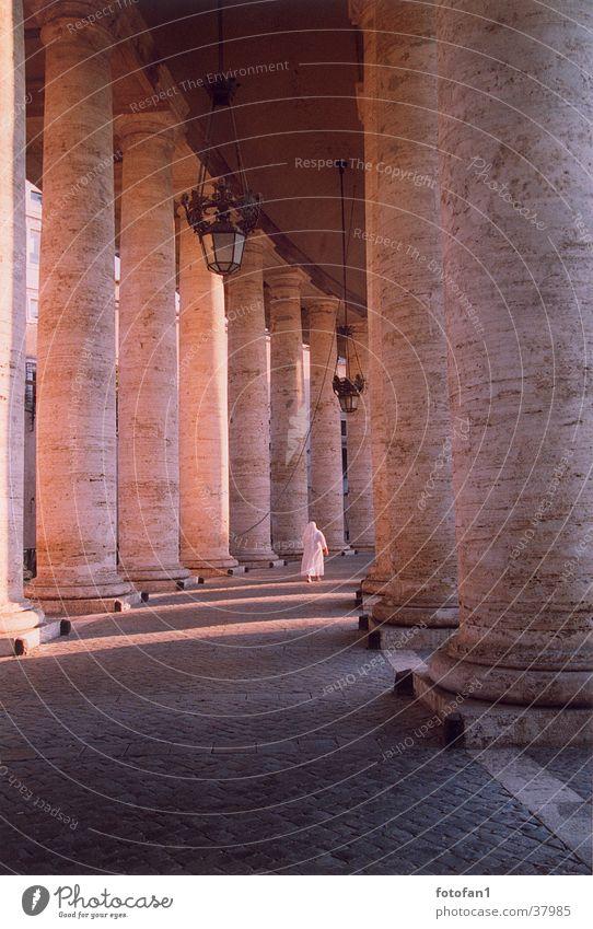 eilende Nonne zwischen mächtigen Säulen Architektur analog Geistlicher Abenddämmerung Rom Abendsonne Petersplatz