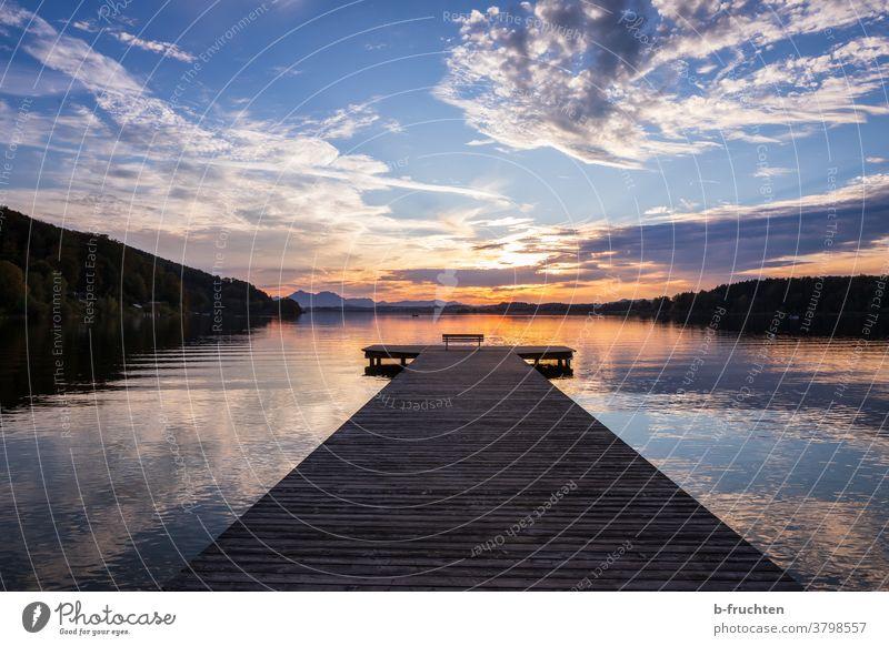 Steg in der Abenddämmerung Wasser See Sonnenuntergang blau Romantik Einsamkeit Erholung Reflexion & Spiegelung Himmel ruhig Landschaft Seeufer Dämmerung