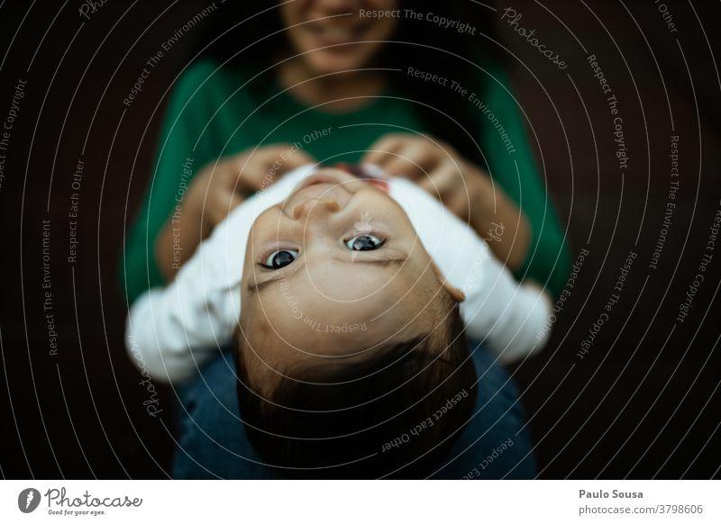 Mutter spielt mit Kleinkind Muttertag Mutterschaft authentisch Sohn Familie & Verwandtschaft Zusammensein Zusammengehörigkeitsgefühl im Freien Erwachsene Glück