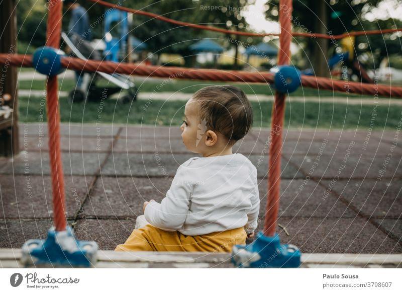 Kleinkind spielt auf dem Spielplatz Kind Kinderspiel Kindergarten Spielen Kindheit Außenaufnahme Tag gerahmt Textfreiraum oben Fröhlichkeit Mensch 1-3 Jahre
