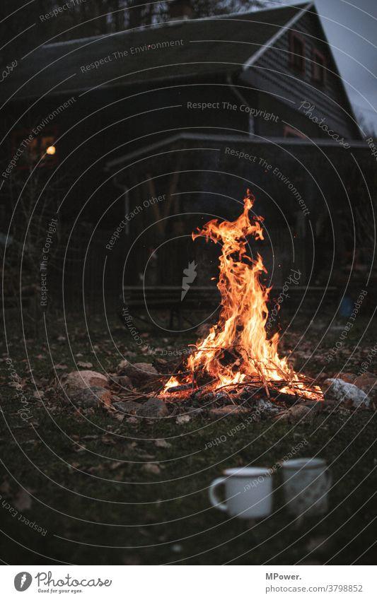 lagerfeuer Hütte Hüttenferien Lagerfeuerstimmung Feuer Tasse Herbst Abend romantisch rustikal Feuerstelle Menschenleer Flamme Camping Wärme Glut