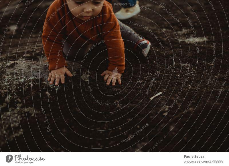 Kleinkind spielt im Freien Herbst Herbstfärbung authentisch Spielen Kind Herbstbeginn Außenaufnahme Tag Natur Blatt Farbfoto Herbstlaub herbstlich 1-3 Jahre