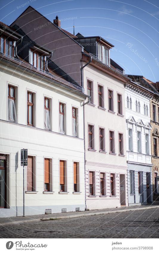 empty streets (31). Häuserzeile Fassaden Haus Architektur Außenaufnahme Gebäude Menschenleer Stadt Tag Altstadt Stadtzentrum Altbau Fenster Altbauwohnung Zeit