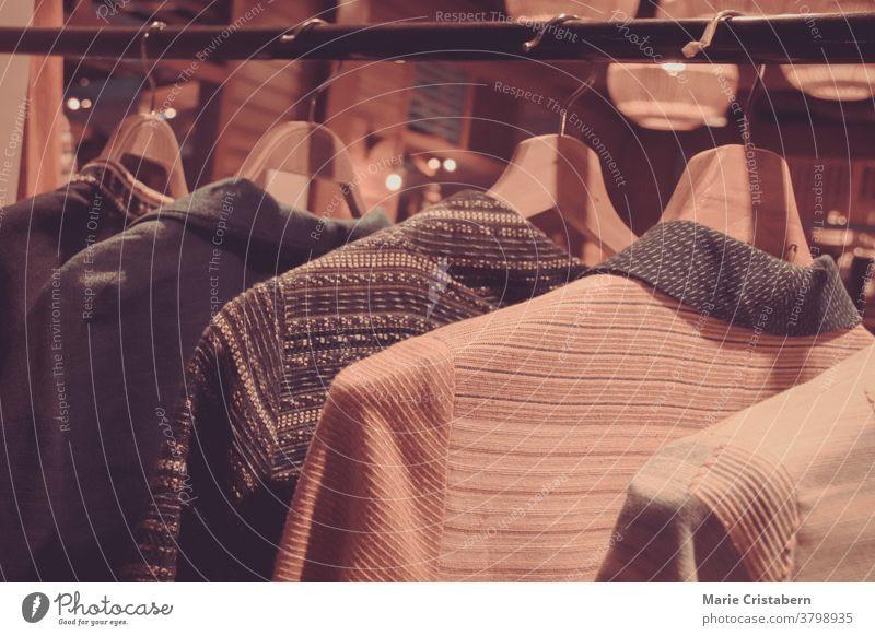 Im Regal hängende Kleidung, die das Konzept der Zweisamkeit und des Heimlebens in gewöhnlichen Alltagsgegenständen zeigt Alltagsgegenstand