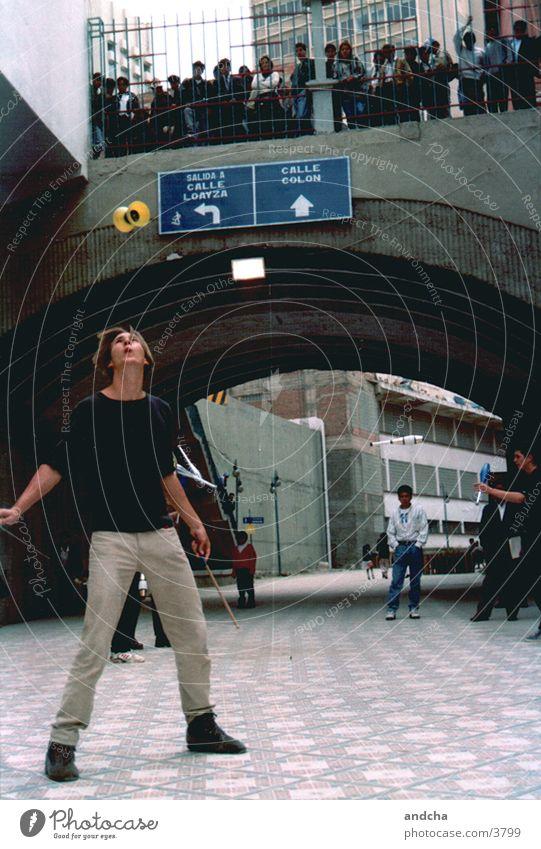 diabolo Mensch Mann Straße Show Publikum Bolivien Diabolo La Paz
