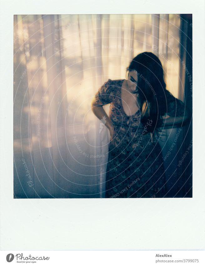 Polaroid- Portrait einer jungen Frau vor einem Hotelfenster schön nah fit anmutig Haut Gesicht schauen direkt langhaarig sportlich 18-30 Jahre Erwachsene