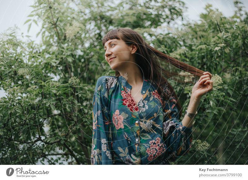 Porträt einer lächelnden Frau in der Natur Erwachsener attraktiv Gleichgewicht schön braune Haare brünett heiter Selbstvertrauen selbstbewusst Landschaft