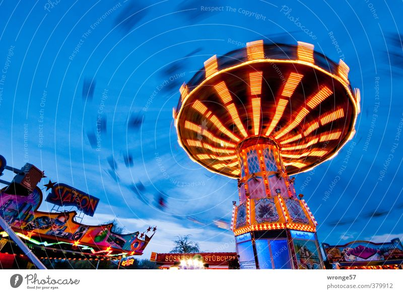 Flug durch den Abend Freude Jahrmarkt drehen schaukeln blau mehrfarbig Freizeit & Hobby Fahrgeschäfte Karussell Kreisel Kettenkarussell Beleuchtung
