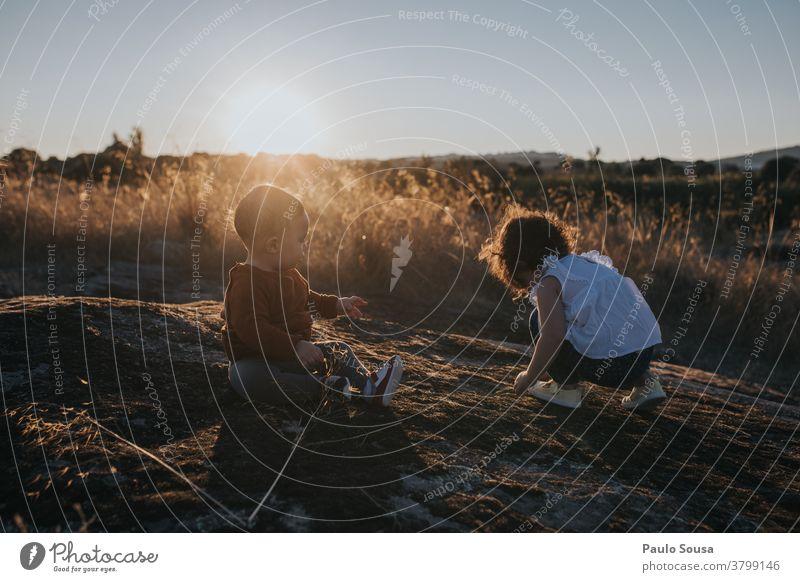 Bruder und Schwester spielen bei Sonnenuntergang Herbst authentisch Herbstfärbung Geschwister Familie & Verwandtschaft Farbfoto Mensch Kind Kindheit