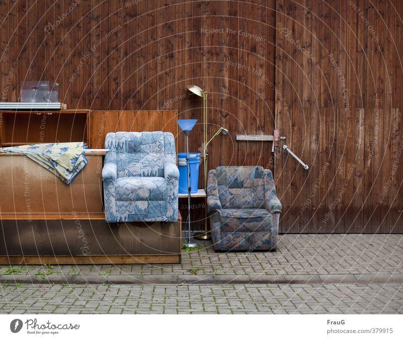 wird nicht mehr gebraucht... Möbel Lampe Sessel Sonnenschirm Hof Eimer sitzen aussortiert Sperrmüll Sitzgelegenheit Holzwand Pflastersteine zu alt
