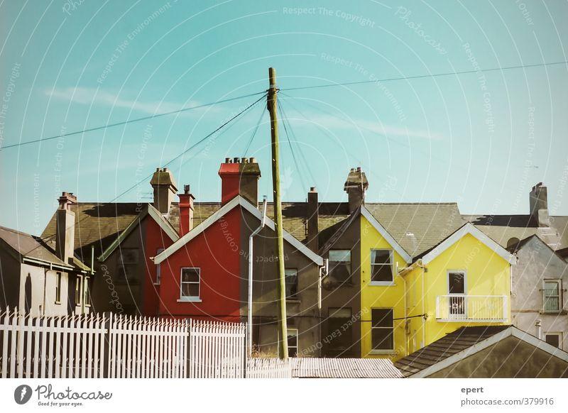 grau | rot | grau | gelb Haus Mauer Wand Fassade Dach außergewöhnlich einzigartig Stadt Farbe Häusliches Leben Anstrich Farbfoto Außenaufnahme