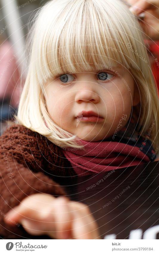 Wenn ich groß bin, bestell ich auch Sahnetorte... Mädchen mädchenhaft Mädchenportrait Gesicht Warme Farbe warme kleidung Strickjacke nehmen Neugier neugierig