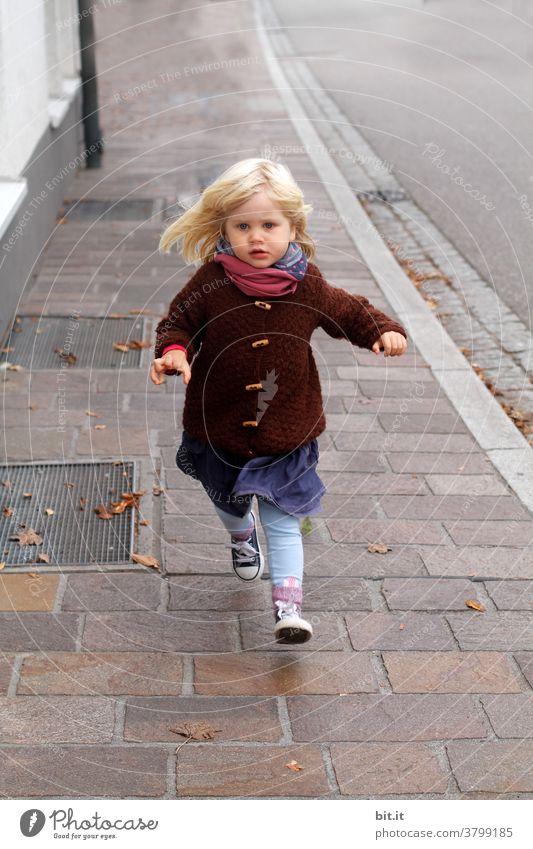 smilla rennt rennen laufen springen Kind Herbst herbstlich Mädchen Mensch Straße gehweg Bürgersteig Bewegung Spielen Stadt Kindheit Glück Fröhlichkeit