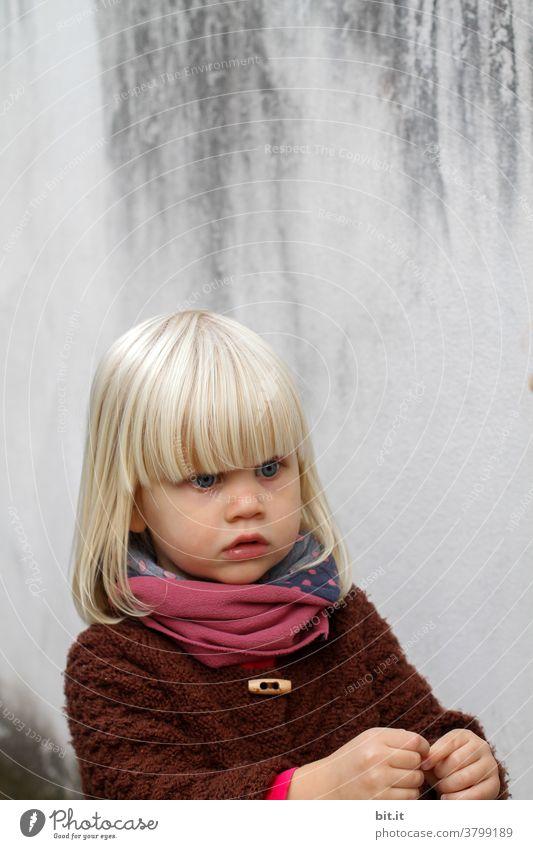 Pony extra lang Mädchen Kind Mensch Porträt mädchenhaft Mädchenportrait Blick Herbst herbstlich copyspace copy space Wand Fassade Neutraler Hintergrund
