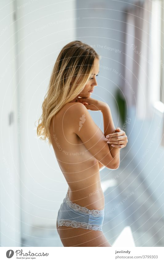 Schöne, schlanke, oben ohne Frau, die zu Hause einen Slip trägt Dessous Schönheit Mädchen Boudoir Mode erotisch Frauenunterhose Kaukasier nackt attraktiv schön