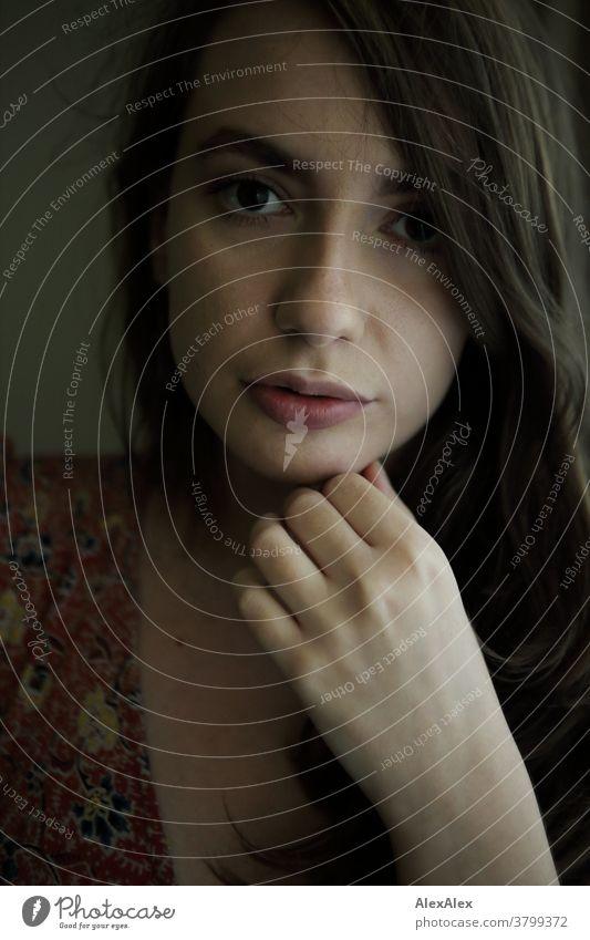 Nahes Portrait einer jungen Frau schön nah fit anmutig Haut Gesicht schauen direkt langhaarig sportlich 18-30 Jahre Erwachsene Schönheit Identität junge Frau