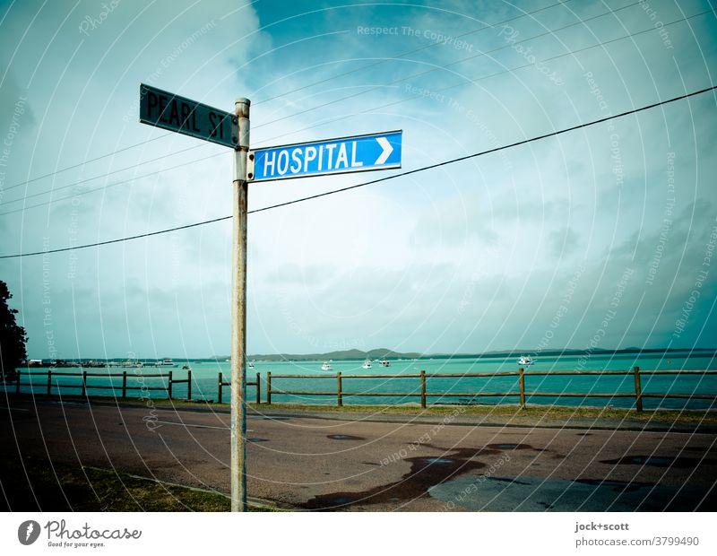 Richtung Krankenhaus nach rechts Schilder & Markierungen Panorama (Aussicht) Englisch Wort Verkehrsschild Verkehrswege Pazifik Ferne Straße Hinweisschild Klinik