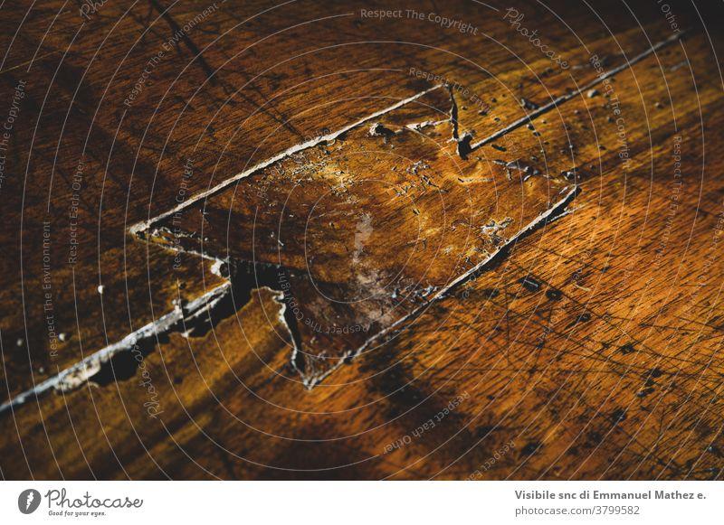 Zimmermann-Dorneinsatz in einem alten Holztisch mit Motten Tisch Kunst Kreativität handgefertigt Fähigkeit Handwerk Bausatz Werkzeuge gegossen Bildhauerei