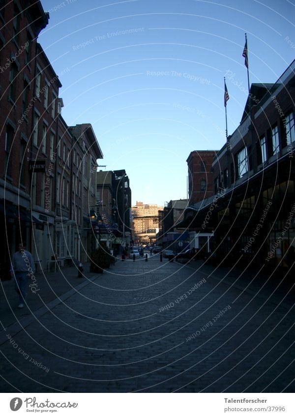 Hope Haus Straße Amerika Kopfsteinpflaster New York City Pflastersteine Blauer Himmel Häuserzeile Wolkenloser Himmel Fluchtpunkt Markthalle Klarer Himmel