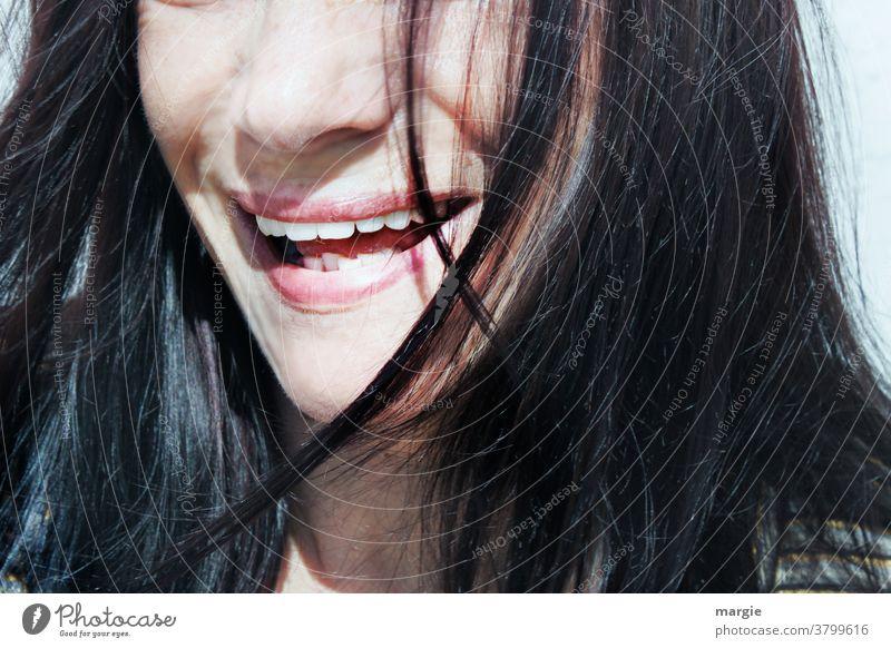 Der lachende Mund einer Frau ohne Mundschutz und Maske mund geöffnet Zähne Zähne zeigen Lippen Nase lange Haare Leidenschaft Gesicht Nahaufnahme Junge Frau