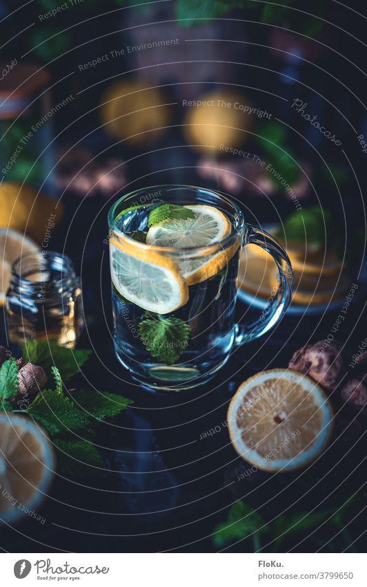 Heiß aufgebrühte Zitrone mit Minze und Ingwer Getränk Glas frisch trinken heiß aufbrühen Erkältung und Grippe erkältungsmittel Hausmittel Honig Sirup