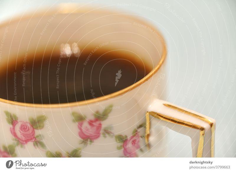 Mokka in einer traditionellen Mokkatasse mit Goldrand und Blumenmuster aus feinem Porzellan Detail Kaffe Muster Nahaufnahme Kaffee Espresso Hintergrund Tasse