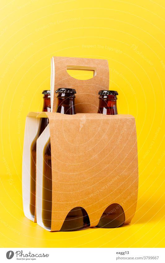 Präsentation einer Packung von vier Bieren mit gelbem Hintergrund bayerisch Belgier Getränk Schnaps Flasche Flaschen Kasten Marke Markenbildung Brauerei