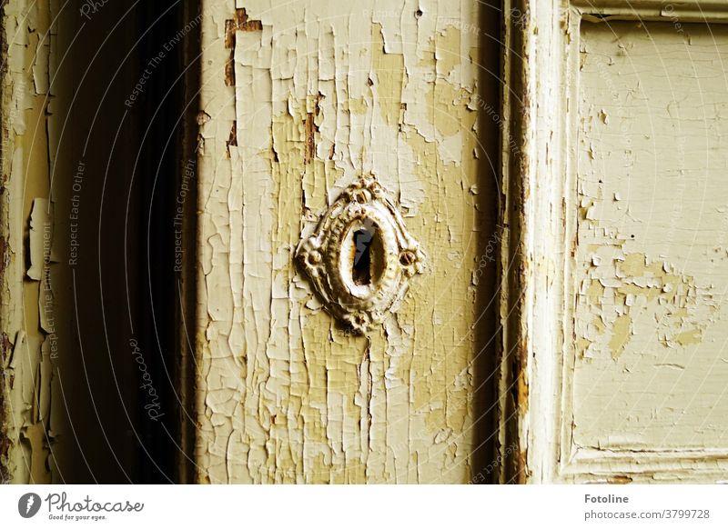 Geheimnisvoll... dieser alte verwitterte Schrank in einem heruntergekommenen Lost Place stand ein kleines Stück offen. Was war drin? Nichts. lost places