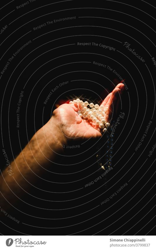 Hand mit glamourösem Perlencollier Perlenkette Schmuck Reichtum weiß glänzend Halskette Juwel