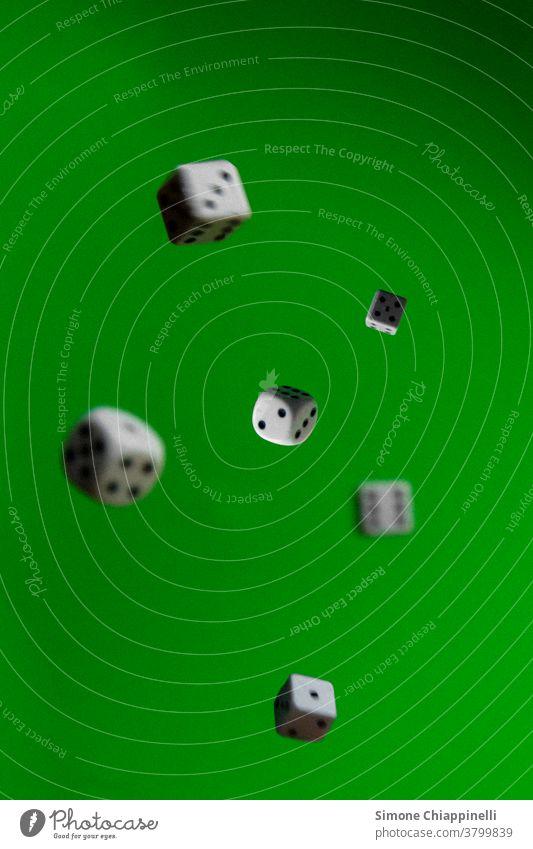 Würfeln auf grünem Hintergrund werfen Glücksspiel Spielen würfeln Farbfoto Kurhaus Spielsucht