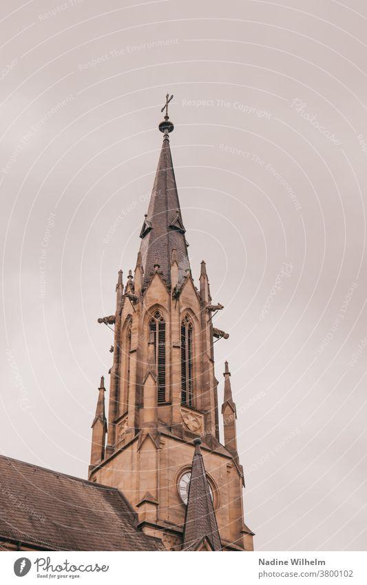 Kirchturm der Herz Jesu Kirche in Bad Kissingen vor einer dicken Wolkenfront Kirchturmspitze Kreuz Religion & Glaube Gebäude Christentum Christliches Kreuz