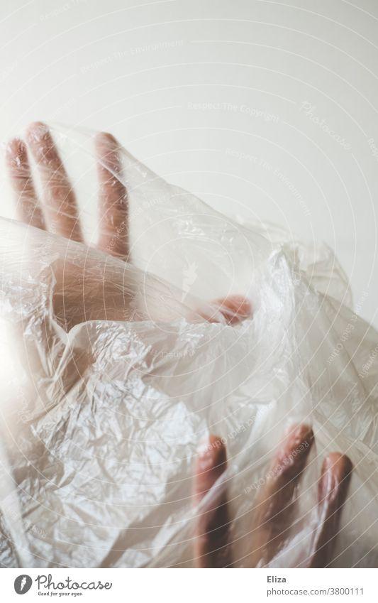 Hände | gefangen in Plastik Kunststoff Frau Recycling Qual Verpackung Körper Gesicht Kunststoffverpackung Umweltverschmutzung Müll Problematik Plastiktüte