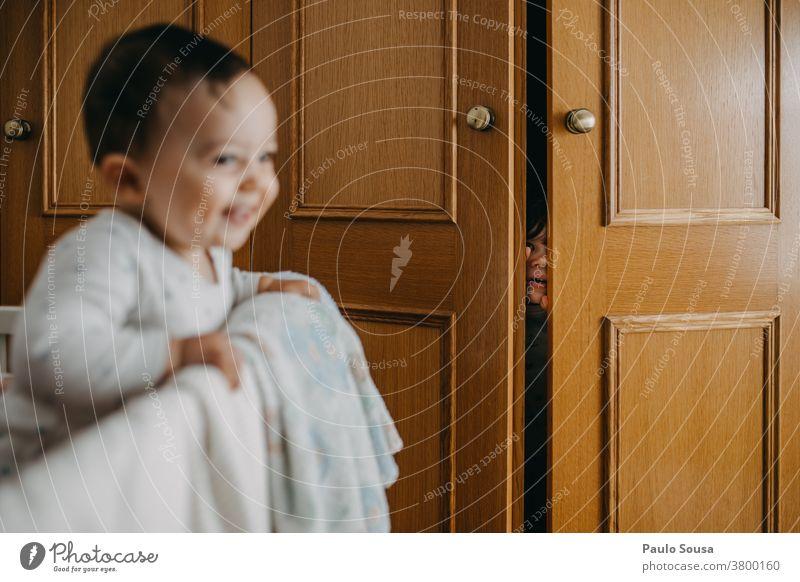 Kleinkind spielt mit Schwester zu Hause Geschwister Familie & Verwandtschaft Kind Kinderspiel authentisch Mensch Kindheit Lifestyle Leben Spielen Porträt Eltern